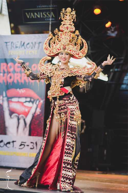 Ariska Putri Pertiwi trong bộ váytruyền thốnggiúp cô giành giải Thí sinh cótrang phục dân tộc đẹp nhất.