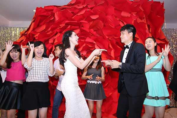 Sau 6 năm bên nhau, Thủy Tiên -Công Vinh đã cómột đám cưới hoành tráng vào ngày 27/12/2014 tại Kiên Giang (quê Thủy Tiên) và ngày 1/1/2015 tại Nghệ An (quê Công Vinh). Tiệc cưới của cặp Becks - Vic Việt Nam dùng món chay thanh tịnh đãi khách thay vì thực đơn món mặn thường thấy. Trong ngày vui ở Kiên Giang, lượng khách mời đông đột biến vì nhiều người dẫn thêm người nhà, đông đảo người hâm mộ cũng bao vây tiệc cưới để chờ xin chữ ký và chụp ảnh cùng Công Vinh - Thủy Tiên khiến tình trạng khu vực ra vào khá lộn xộn. Trong bữa tiệc, nhiều khách mời phải ngồi dùng bữa trên sàn, các fan vô tưlên sân khấu xin chữ ký khi đôi uyên ương đang chuẩn bị cắt bánh.Trong đám cưới ở Nghệ An, lợi dụng lúc gia đình bận rộn chuẩn bị tiệc cưới, một người lạ mặt đã lẻnvào nhà, trộm xe máy của mẹ Công Vinh. Ngay trưa cùng ngày, chiếc xe đã được trả lại chính chủ.  >> Xem thêm hình ảnh đám cưới của Công Vinh - Thủy Tiên