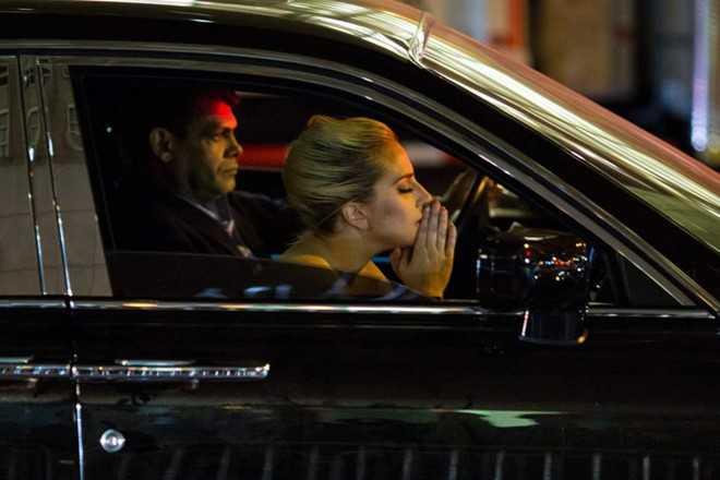 Lady Gaga om mat khoc, dung phan doi truoc toa thap Trump hinh anh 3