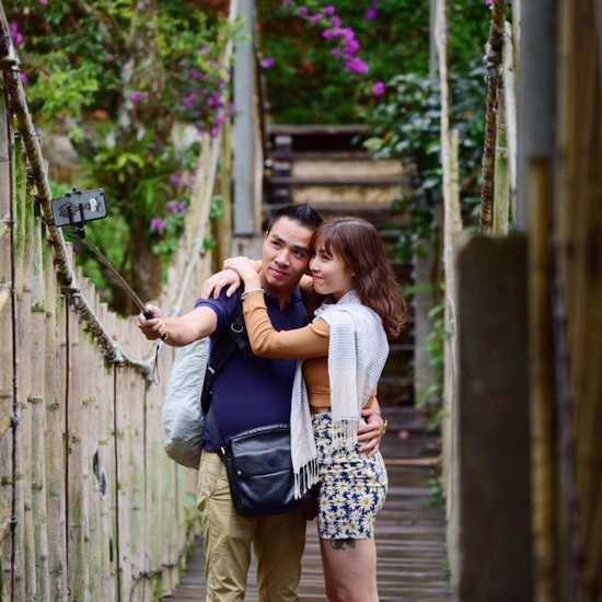 Thời gian gần đây, MC Hoàng Linh thoải mái chia sẻ một sốhình ảnh thân mật bên chàng trai mớinhư lời khẳng định cho việc cô đã ly hôn.Theo một nguồn tin, bạn trai của MC 'Chúng tôi là chiến sĩ' cũng làm việc trong Đài Truyền hình Việt Nam.