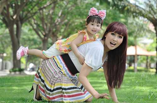 Minh Thư và con gái.