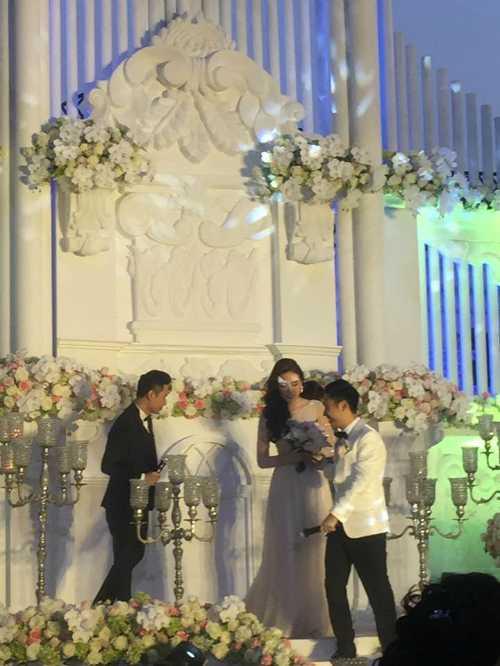 Do muốn giữ không gian riêng tư để gia đình, bạn bè và người thân quây quần bên nhau, lễ cưới của MC Mai Ngọc không cho giới truyền thông tiếp cận.