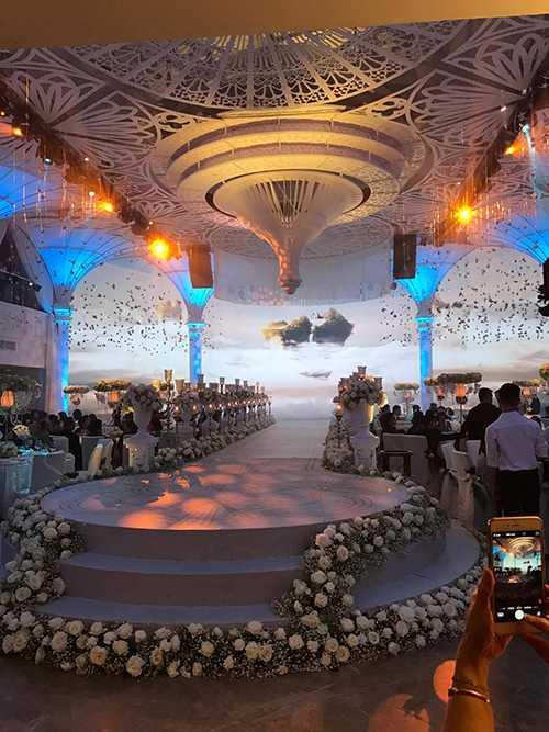 Hoa hồng trắng cùng hoa lilly trải dọc hai lối đi lên sân khấu.
