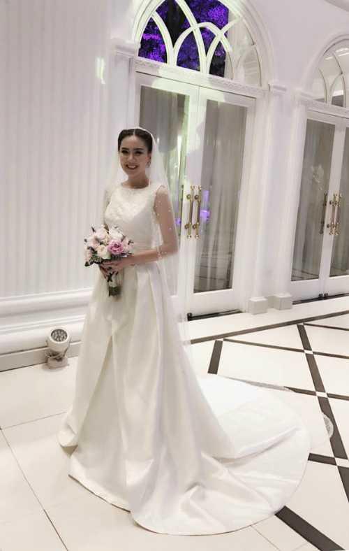 Trong đám cưới, MC 9Xchọn mặc hai bộ váy: một thiết kế của NTK Phương Linh đính 10.000 viên pha lê và một bộ váy của thương hiệu Rosa Clara có giá 10.000 USD khi làm lễ.