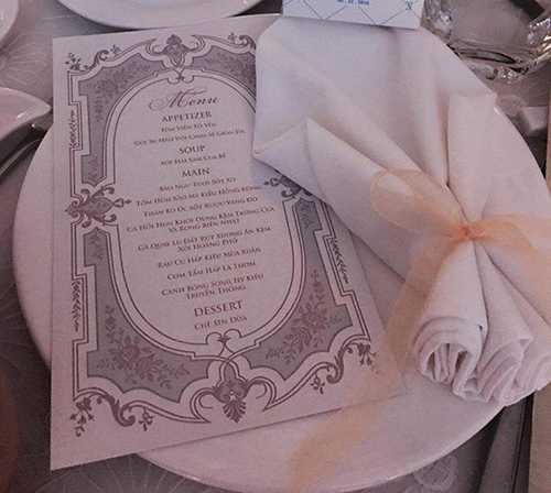 Menu tiệc cưới được thiết kế sang trọng theo phong cách hoàng gia với các món ăn