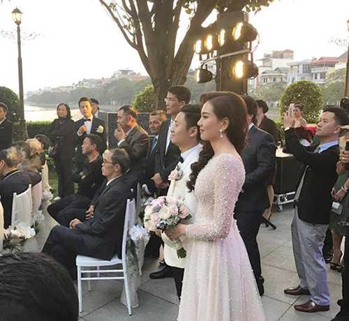 """Sau 10 năm hẹn hò, MC Mai Ngọc và bạn trai đã tổ chức hôn lễ vào tối ngày 2/12. Tiệc cưới diễn ra trong một nhà hàng sang trọng, nằm trong chuỗi nhà hàngcủa gia đình chồng """"Cô gái thời tiết""""."""