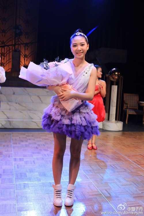 Con gái 12 tuổi của Chân Tử Đan xinh như hoa hậu trên sân khấu - 8