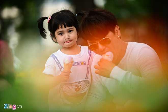 'Ong bo don than' Ung Dai Ve tro tai cham soc con gai cung hinh anh 11