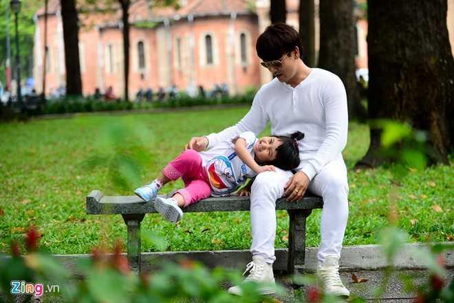 'Ong bo don than' Ung Dai Ve tro tai cham soc con gai cung hinh anh 14