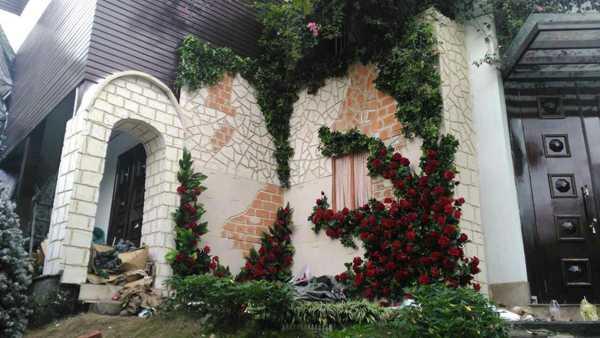 Hình ảnh một góc bên ngoài ngôi biệt thự đã được trang trí.