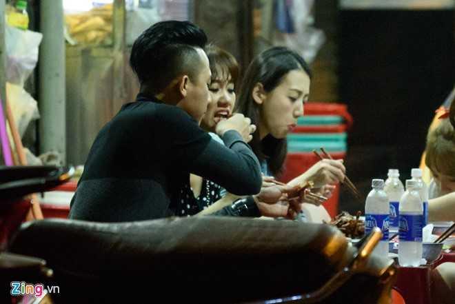 Vo chong Tran Thanh, Hari om nhau khi di an luc nua dem hinh anh 4