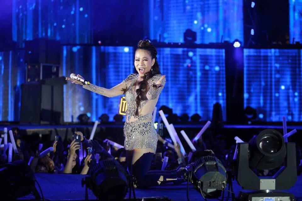 Hinh anh Dong Nhi thang hoa tren san khau ket hop cung Thu Minh 7