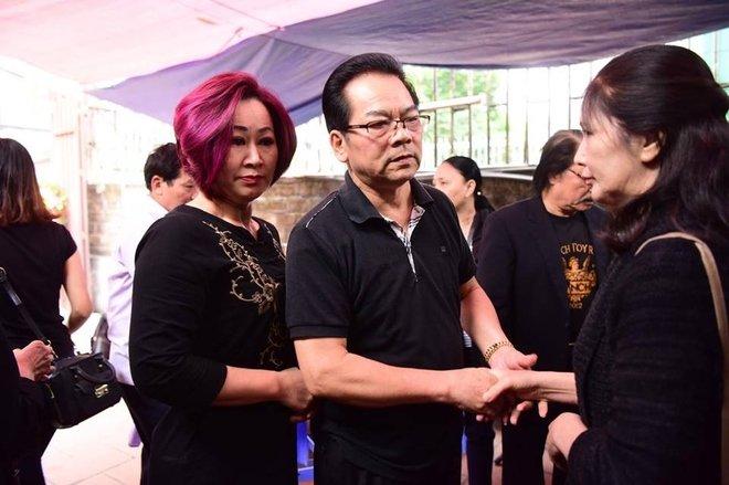 Hinh anh Dien vien Thu Ha, Tran Luc tien dua nghe si Hoang Thang 5