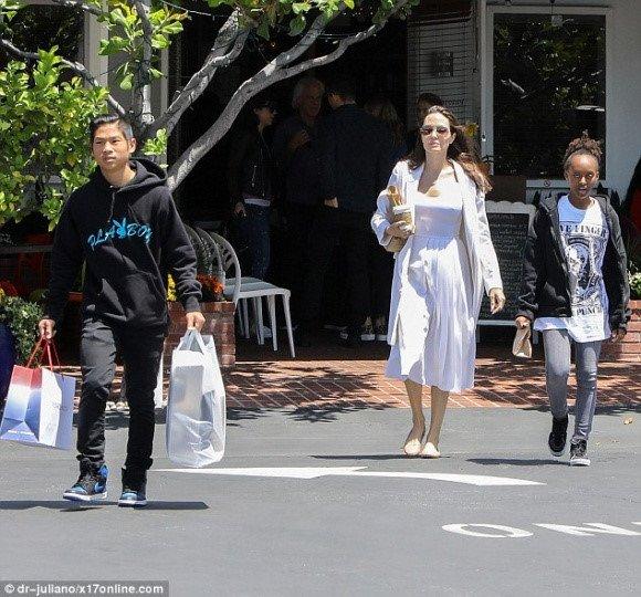 Angelina Jolie chi 25 trieu USD mua biet thu moi gan nha Brad Pitt hinh anh 2