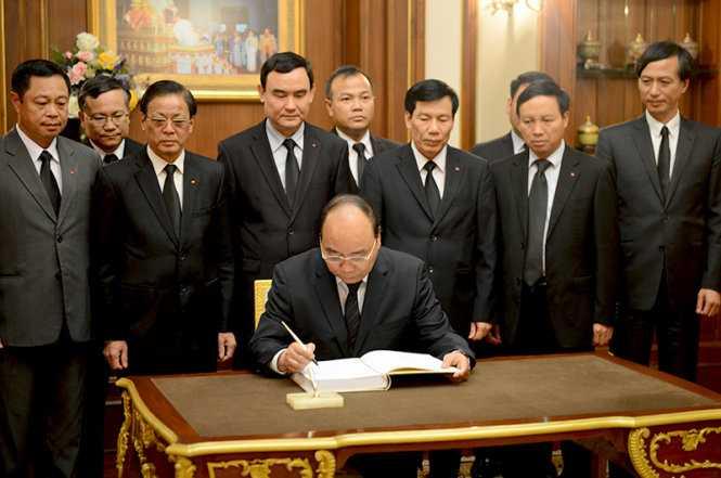 Thủ tướng ghi sổ tang sau khi viếng iếng Nhà vua Thái Lan Bhumibol Adulyadej - Ảnh: Cổng TTĐT chính phủ