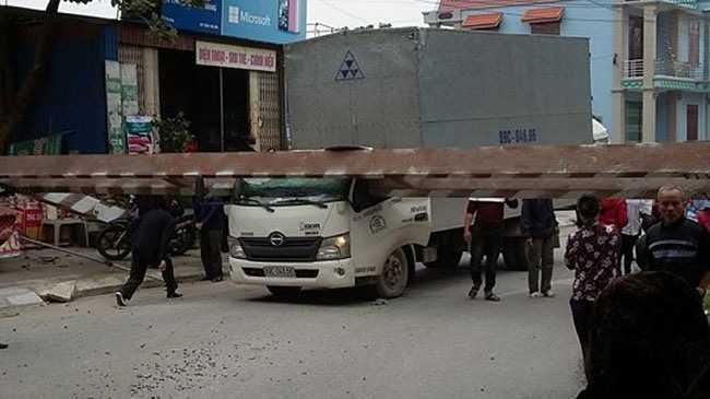 Hải Dương: Barrier hạn chế chiều cao đè bẹp cabin xe tải, 3 người thoát chết
