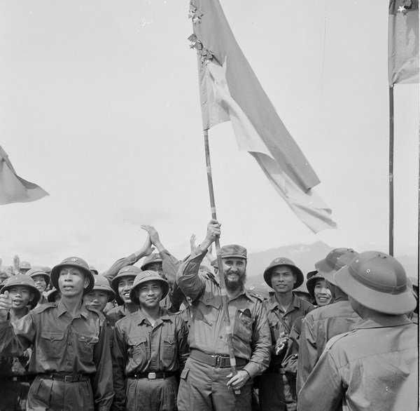 Lãnh tụ Fidel Castro phất cao lá cờ Bách chiến, bách thắng lấp lánh Huân chương của Đoàn Khe Sanh, Quân Giải phóng Trị Thiên - Huế - Ảnh: TTXVN