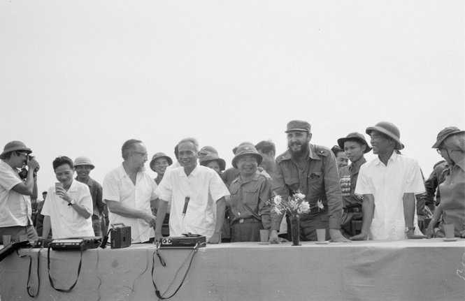 Lãnh tụ Fidel Castro và Thủ tướng Phạm Văn Đồng tại cuộc mít tinh của nhân dân Quảng Trị chào mừng đoàn đại biểu Cu Ba - Ảnh: TTXVN