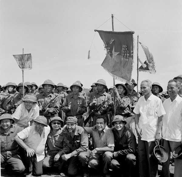 Lãnh tụ Fidel Castro và Thủ tướng Phạm Văn Đồng cùng các chiến sĩ Đoàn Khe sanh, Quân Giải phóng Trị Thiên – Huế - Ảnh: TTXVN