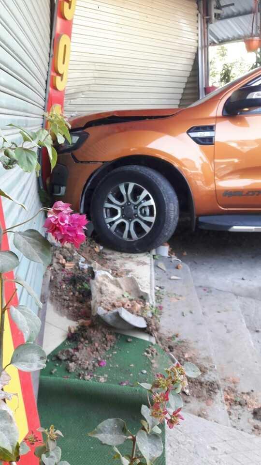 Cú đâm khá mạnh khiến phần đầu xe bị hư hỏng nặng và bung cửa bảo về tiệm vàng. (Ảnh: A.T)