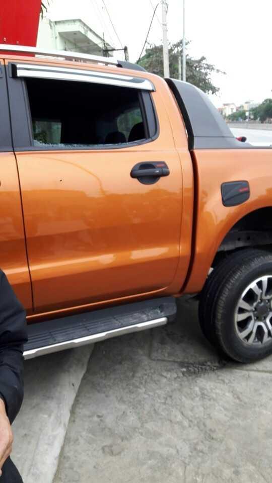 Chiếc xe đã bị nhóm thanh niên vây lại đập vỡ hết kính. (ảnh: A.T)