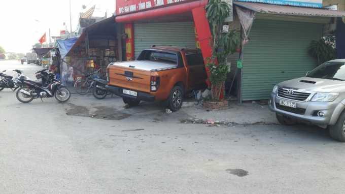 Sau cú đâm 2 thanh niên, chiếc xe ô tô đã lao vào tiệm vàng Bích Đông và hư hỏng nặng. (Ảnh: A.T)