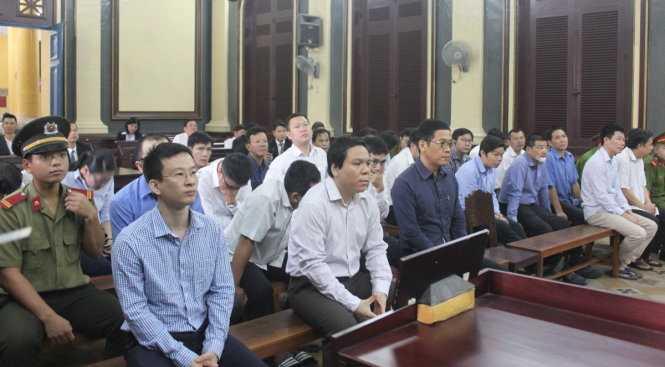 Các bị cáo chờ nghe tuyên án tại phiên tòa sáng 24-1 - Ảnh: Tâm Lụa