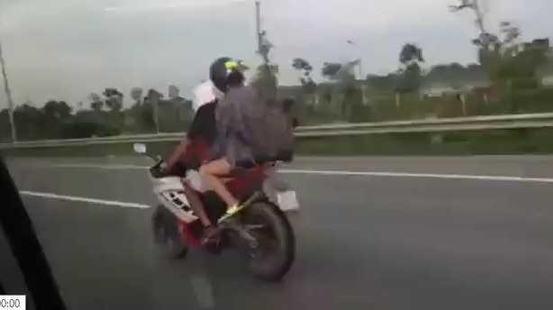 video-cap-doi-di-xe-phan-khoi-lon-phong-vun-vut-tren-duong-cam-082033