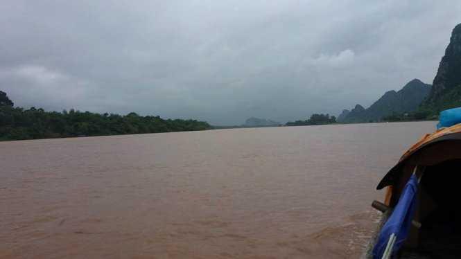 Nước sông Gianh tại Châu Hóa, Tuyên Hóa đã vượt báo động II vào chiều tối 30-10 – ảnh: Mạnh Hùng