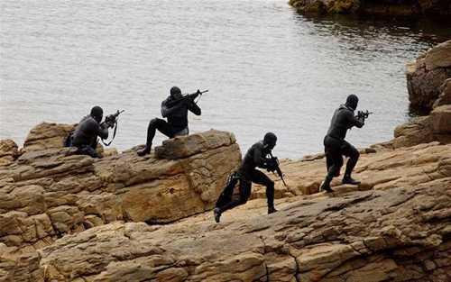 Người nhái đặc nhiệm SEAL huấn luyện đổ bộ bờ biển. Ảnh: Daily Beast