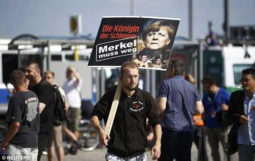 Người dân Đức phản đối chính sách nhập cư của bà Merkel. Ảnh: Reuters