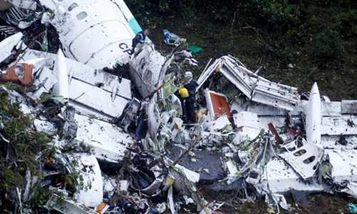 Xác máy bay LaMia rơi trên sườn núi ở Colombia. Ảnh: Reuters.