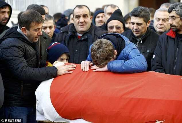 Thành phố Istanbul chìm trong không khí đau buồn khi các gia đình bắt đầu chôn cất những nạn nhân thiệt mạng trong vụ xả súng đêm giao thừa.