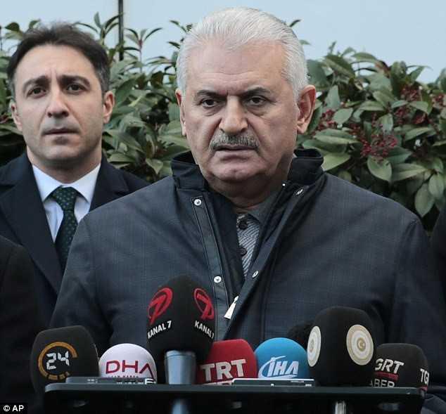 Thủ tướng Thổ Nhĩ Kỳ Binali Yildirim cho biết đã ra lệnh cho lực lượng an ninh Istanbul tăng cường truy lùng nghi phạm đang lẩn trốn. Y đã bỏ lại khẩu súng tại hiện trường và lợi dụng tình hình hỗn loạn để chạy thoát. Ảnh: AP.