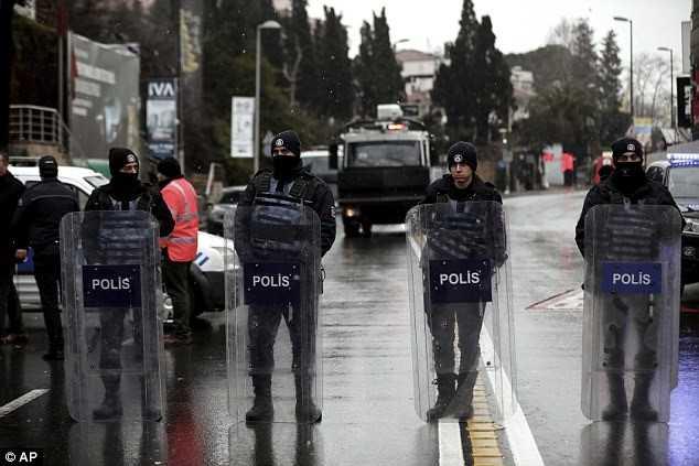 Cảnh sát đã phong tỏa xung quanh hiện trường vụ tấn công. Khu vực phong toả trong phạm vi hơn 3 km kể từ trung tâm là hộp đêm. Ảnh: AP.