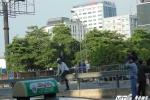 Thách thức 'tử thần', dân Thủ đô ngang nhiên trèo qua dải phân cách