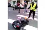 Lái ôtô đồ chơi ra đường, tài xế nhí bị CSGT 'hỏi thăm'