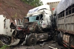 Hiện trường thảm khốc xe tải tông trực diện container