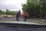Đi ẩu còn hung hăng gây sự, tài xế to con bị cô gái trẻ hạ gục trong 'một nốt nhạc'