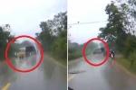 Tránh xe máy xi nhan bất ngờ, xe tải mất lái, đánh võng hình chữ Z trên đường trơn