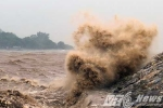 Ảnh: Mưa lớn, sóng biển cuồn cuộn trước giờ bão Mirinae đổ bộ