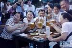 Người dân Triều Tiên sung sướng uống bia trong lễ hội bia tươi lần đầu tiên