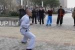 Video: Võ sư Trung Quốc biểu diễn tuyệt kĩ võ công nổi tiếng trên đường phố