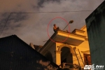 Giải cứu thanh niên nghi 'ngáo đá' cố thủ trên mái nhà