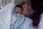 Đang ngủ cô gái trẻ tỉnh dậy bàng hoàng phát hiện mình đang sinh con