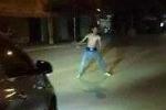 Clip: 'Ngáo đá' ra đường khua khoắng, chặn đầu xe ôtô