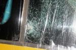 Xe khách bị ném đá tới tấp trong đêm, tài xế thương nặng