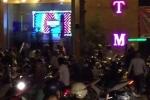 Video: Hàng chục thanh niên chém loạn xạ trước quán bar lớn nhất Biên Hòa