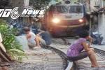 Ảnh: Dân thủ đô thách thức 'tử thần' trên đường ray tàu hỏa