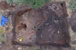 Phát hiện đồng xu Anglo Saxon 1.100 năm tuổi trong ngôi nhà dài bí ẩn